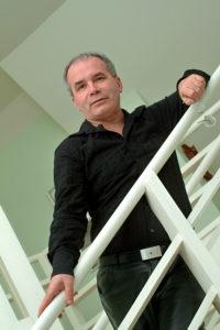 Marc Gicquel dans l'escalier